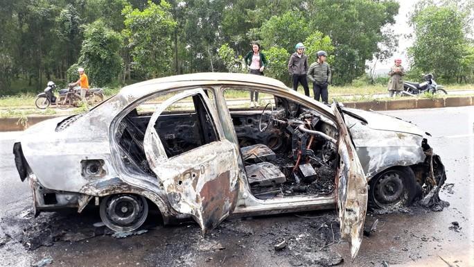 Đang chạy trên đường, xe ôtô bốc cháy ngùn ngụt - Ảnh 1.