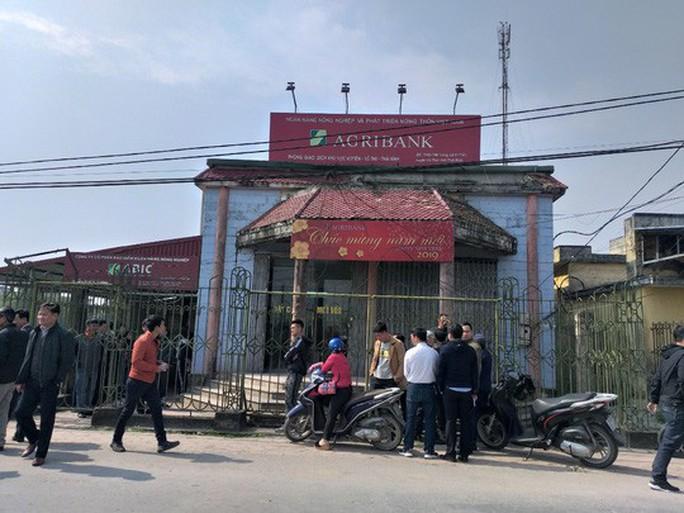 8 người bị thương trong vụ cướp táo tợn phòng giao dịch ngân hàng Agribank - Ảnh 1.