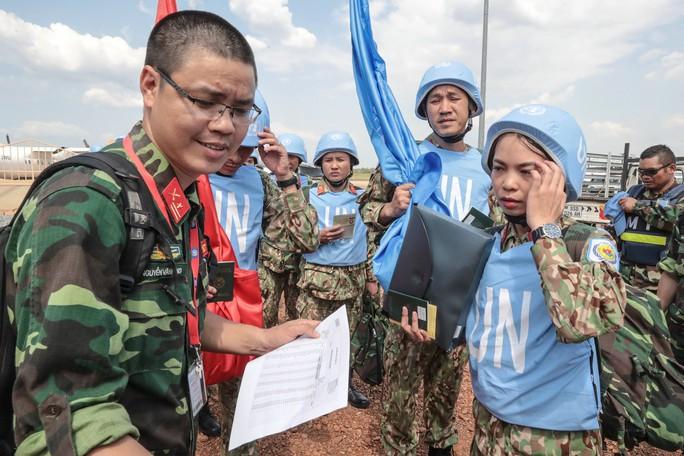 Cuộc gặp xúc động giữa chiến sĩ gìn giữ hoà bình và người thân ở quê nhà - Ảnh 1.
