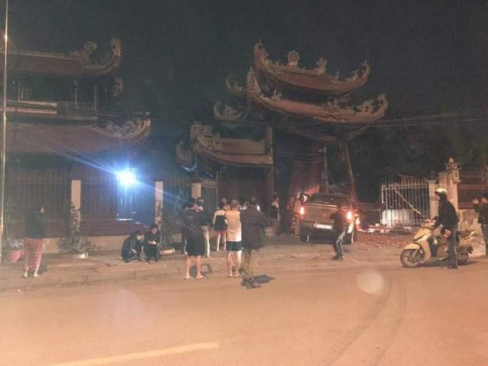 Tài xế say rượu, lái xe tông nát cổng chùa - Ảnh 1.
