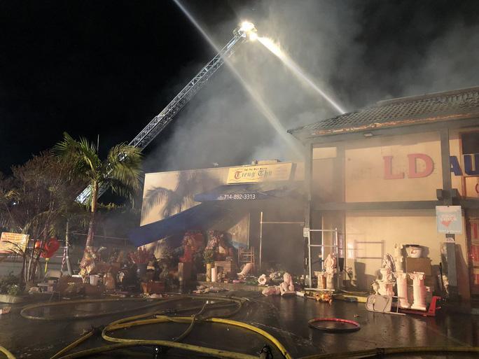 Cháy lớn tại khu Phúc Lộc Thọ của người Việt tại Mỹ - Ảnh 1.