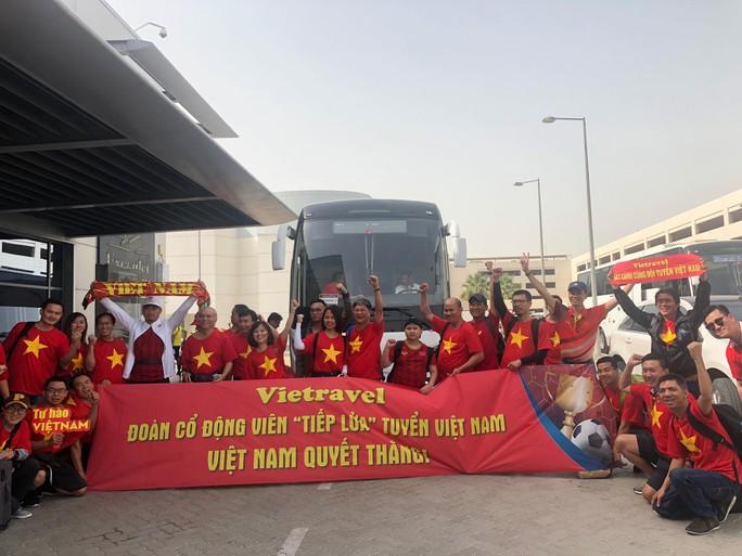 Thêm hàng trăm CĐV Việt Nam đã đến Dubai, sẵn sàng tiếp lửa cho trận gặp Nhật - Ảnh 2.