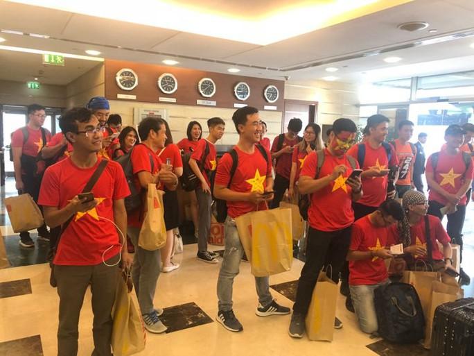 Thêm hàng trăm CĐV Việt Nam đã đến Dubai, sẵn sàng tiếp lửa cho trận gặp Nhật - Ảnh 5.