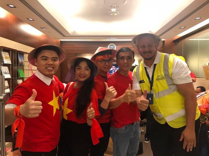 Thêm hàng trăm CĐV Việt Nam đã đến Dubai, sẵn sàng tiếp lửa cho trận gặp Nhật - Ảnh 7.