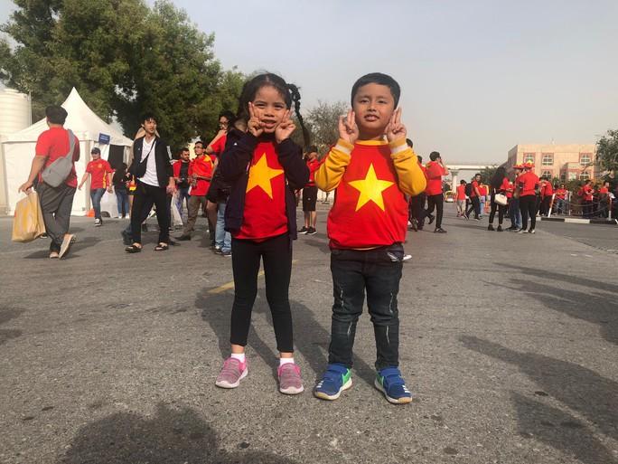 CĐV Việt Nam nhuộm đỏ sân Rashid Al-Maktoum trước đại chiến với Nhật - Ảnh 21.