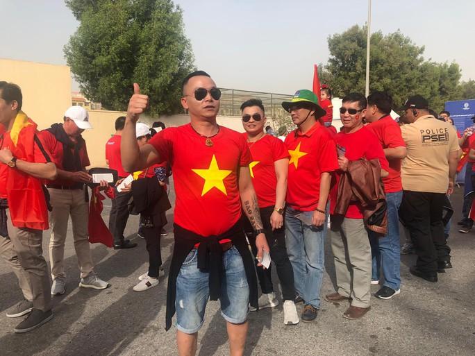 CĐV Việt Nam nhuộm đỏ sân Rashid Al-Maktoum trước đại chiến với Nhật - Ảnh 9.