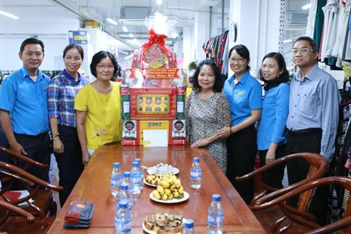 Chủ tịch LĐLĐ TP HCM thăm doanh nghiệp tiêu biểu và công nhân khó khăn - Ảnh 1.