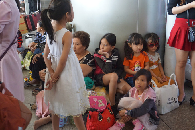 Ngàn người vật vạ ở sân bay Tân Sơn Nhất chờ đón Việt kiều - Ảnh 4.