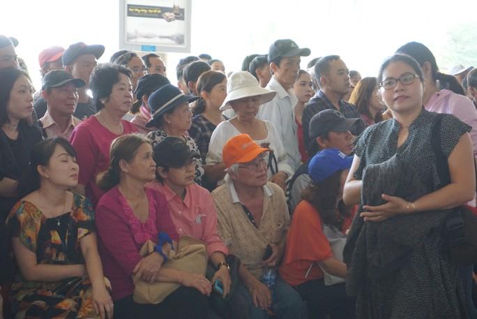 Ngàn người vật vạ ở sân bay Tân Sơn Nhất chờ đón Việt kiều - Ảnh 7.