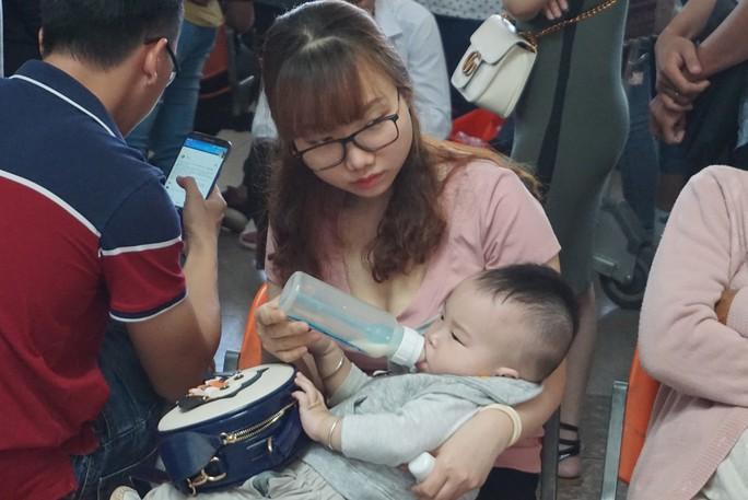 Ngàn người vật vạ ở sân bay Tân Sơn Nhất chờ đón Việt kiều - Ảnh 5.