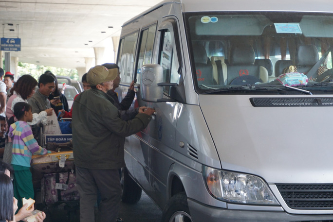 Ngàn người vật vạ ở sân bay Tân Sơn Nhất chờ đón Việt kiều - Ảnh 6.