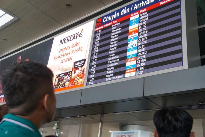Ngàn người vật vạ ở sân bay Tân Sơn Nhất chờ đón Việt kiều - Ảnh 8.