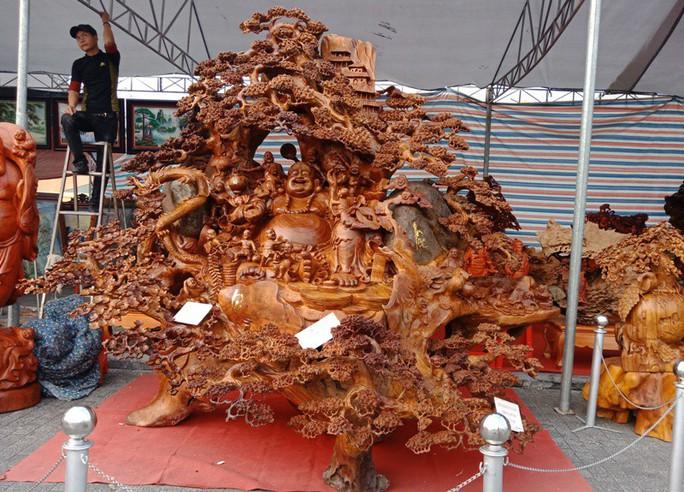 """""""Choáng"""" với bức tượng Phật Di Lặc bằng gỗ hương giá 1,2 tỉ đồng - Ảnh 1."""