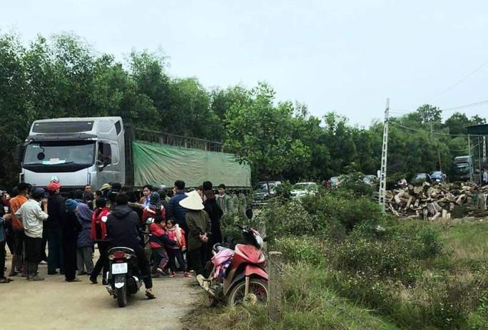 Dân vây xe tải nghi chở hóa chất độc hại vào nhà máy ngày cận Tết - Ảnh 1.