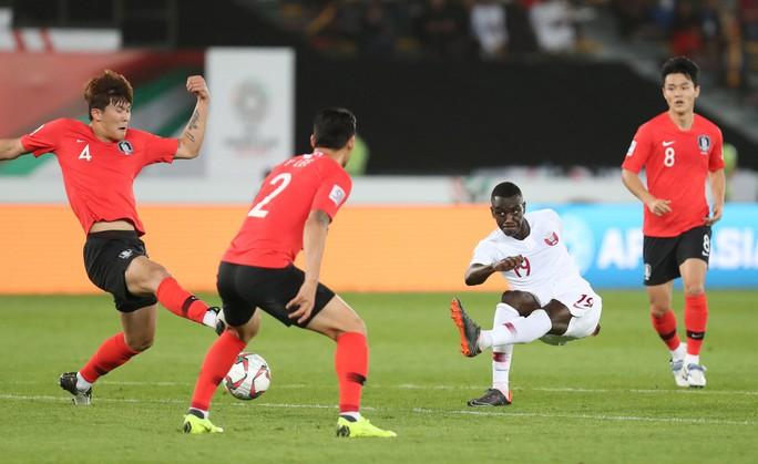 Clip: Cú sút sấm sét đưa Qatar vượt Hàn Quốc, lần đầu vào bán kết Asian Cup - Ảnh 4.