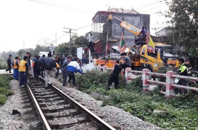 Cố tình vượt đường sắt, xe ô tô 4 chỗ bị tàu hỏa tông bẹp nát - Ảnh 1.