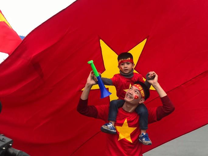 CĐV hân hoan đón Đội tuyển Việt Nam về nước - Ảnh 1.
