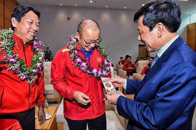 Ông Park Hang Seo dự khán trận của U22 ngay khi về Việt Nam - Ảnh 1.