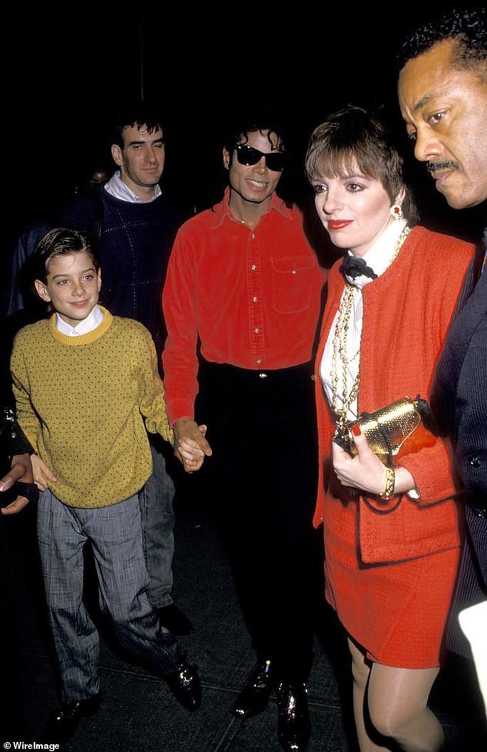 Phim tài liệu cáo buộc Michael Jackson ấu dâm ra mắt gây sốc - Ảnh 2.