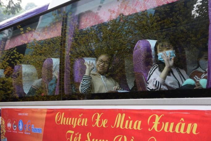2.500 sinh viên theo chuyến xe mùa xuân về quê đón Tết - Ảnh 2.