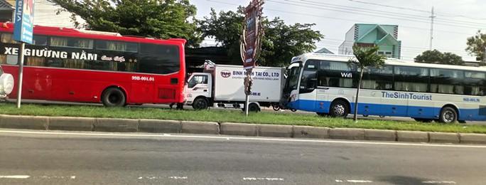 Xe khách húc đuôi xe tải, gây tai nạn cho 3 xe tại chốt đèn đỏ - Ảnh 1.