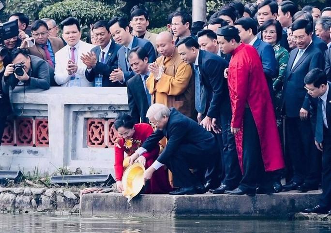 Tổng Bí thư, Chủ tịch nước thả cá chép tiễn ông Táo ở Hồ Gươm - Ảnh 2.