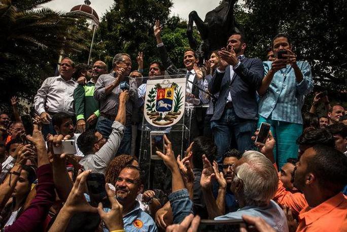 Venezuela: Thủ lĩnh đối lập tìm kiếm sự ủng hộ của quân đội - Ảnh 1.