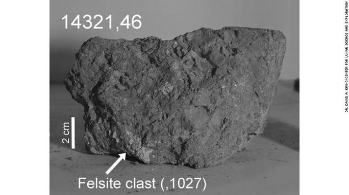 Nhặt được viên đá cổ xưa nhất Trái Đất... trên mặt trăng - Ảnh 1.