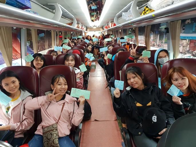 2.500 sinh viên theo chuyến xe mùa xuân về quê đón Tết - Ảnh 4.