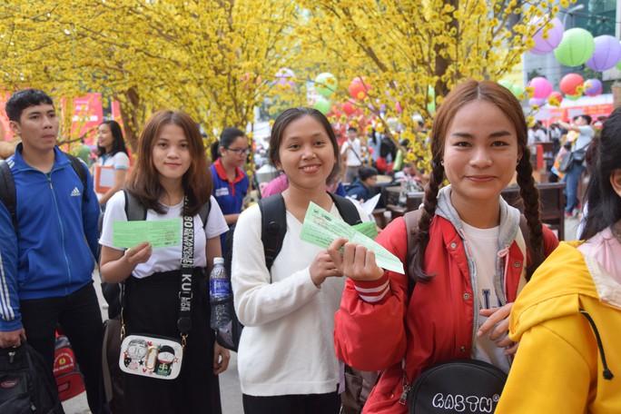 2.500 sinh viên theo chuyến xe mùa xuân về quê đón Tết - Ảnh 1.