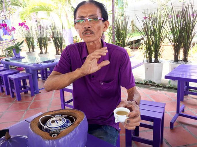 Lão nông 70 tuổi tiết lộ lí do trồng toàn hoa kiểng màu tím, thu hơn 15 tỉ/năm - Ảnh 1.