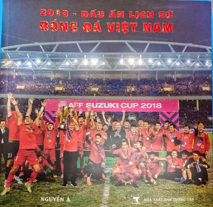 Nguyễn Á viết sử cho bóng đá Việt bằng sách ảnh - Ảnh 1.