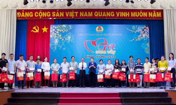 Chủ tịch Quốc hội dự Tết sum vầy với công nhân Bình Dương - Ảnh 1.
