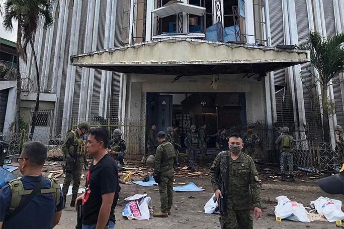 Philippines: Đánh bom kép đẫm máu gần nhà thờ, 20 người chết - Ảnh 1.