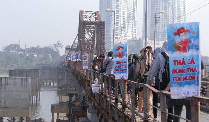 Sinh viên lên cầu Long Biên hỗ trợ người dân thả cá không thả rác - Ảnh 2.