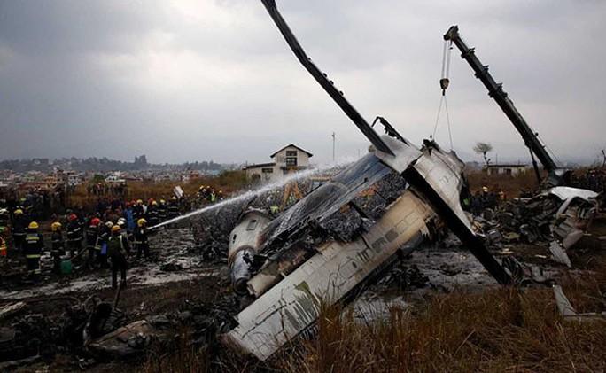 """Cơ trưởng """"suy sụp tinh thần"""", máy bay bốc cháy, 51 người thiệt mạng - Ảnh 2."""