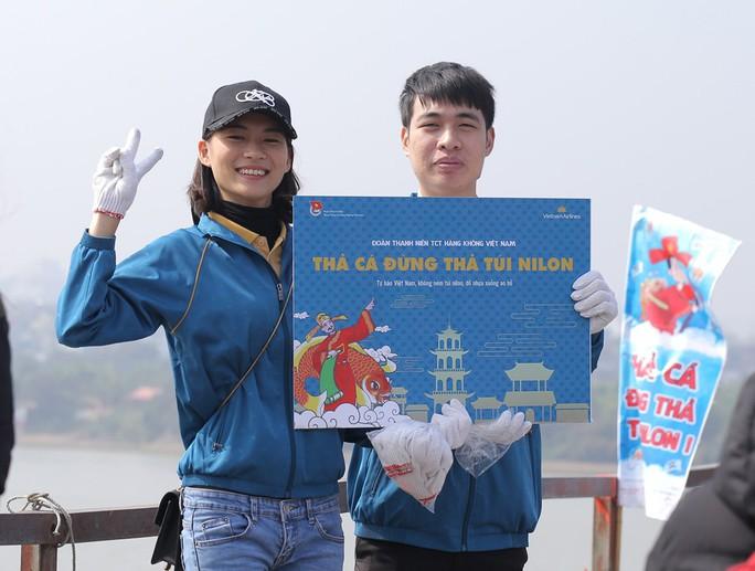 Sinh viên lên cầu Long Biên hỗ trợ người dân thả cá không thả rác - Ảnh 3.