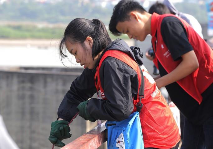 Sinh viên lên cầu Long Biên hỗ trợ người dân thả cá không thả rác - Ảnh 4.