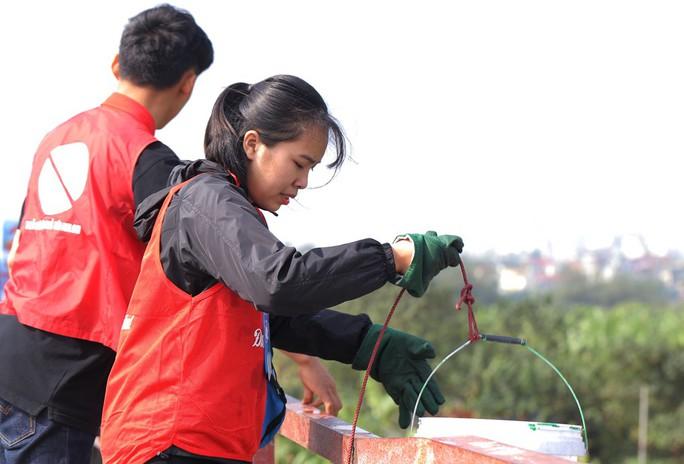 Sinh viên lên cầu Long Biên hỗ trợ người dân thả cá không thả rác - Ảnh 5.