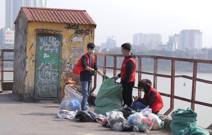 Sinh viên lên cầu Long Biên hỗ trợ người dân thả cá không thả rác - Ảnh 8.