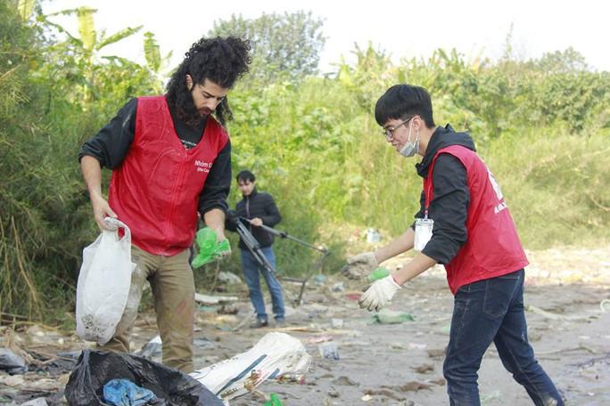 Sinh viên lên cầu Long Biên hỗ trợ người dân thả cá không thả rác - Ảnh 9.