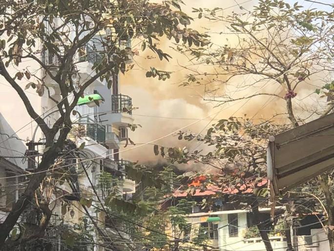 Nhà phố cổ Hà Nội bốc cháy dữ dội ngày tiễn ông Công, ông Táo - Ảnh 1.