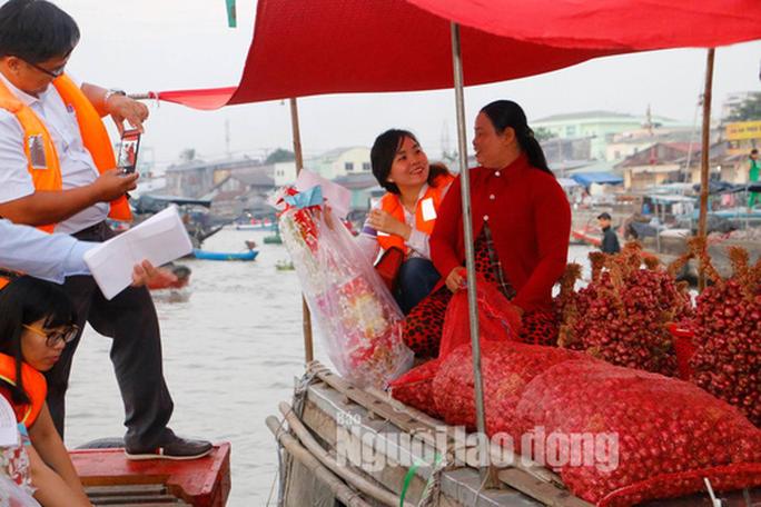 Tiểu thương chợ nổi Cái Răng phấn khởi khi được phó chủ tịch tặng quà Tết - Ảnh 4.