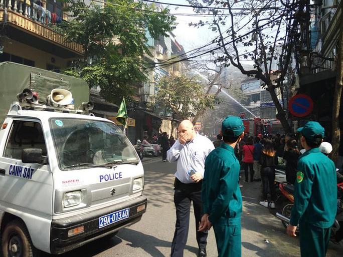 Nhà phố cổ Hà Nội bốc cháy dữ dội ngày tiễn ông Công, ông Táo - Ảnh 3.