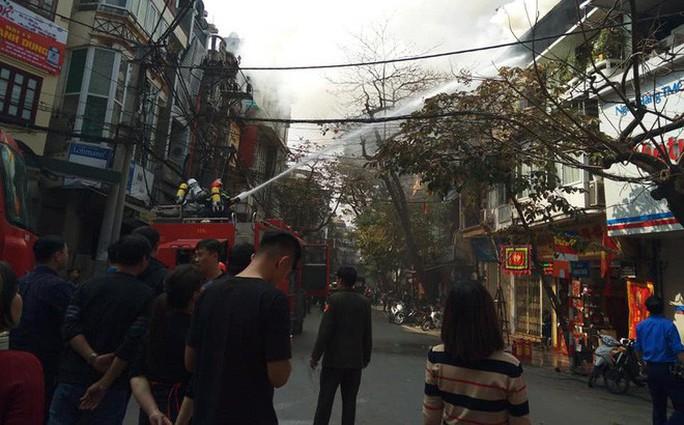 Nhà phố cổ Hà Nội bốc cháy dữ dội ngày tiễn ông Công, ông Táo - Ảnh 2.