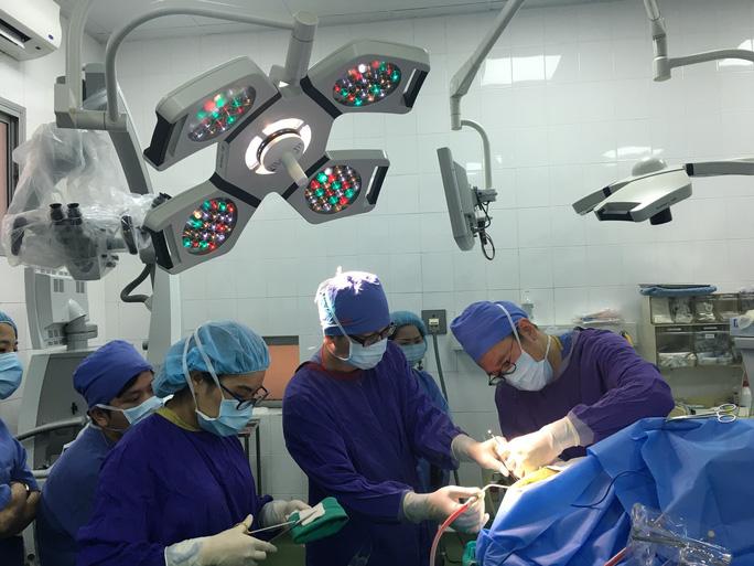 Ca mổ đặc biệt: Bệnh nhân vừa mổ não vừa hát Quốc ca - Ảnh 1.