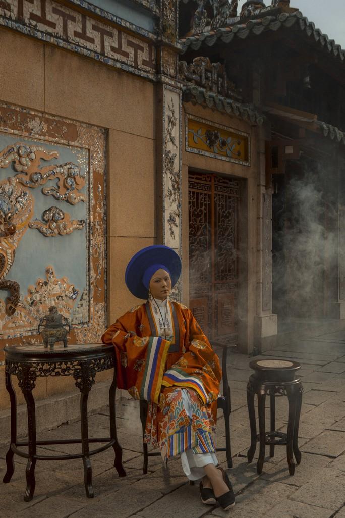 Vân Trang khác lạ khi hóa Hoàng hậu Lệ Thiên Anh - Ảnh 2.