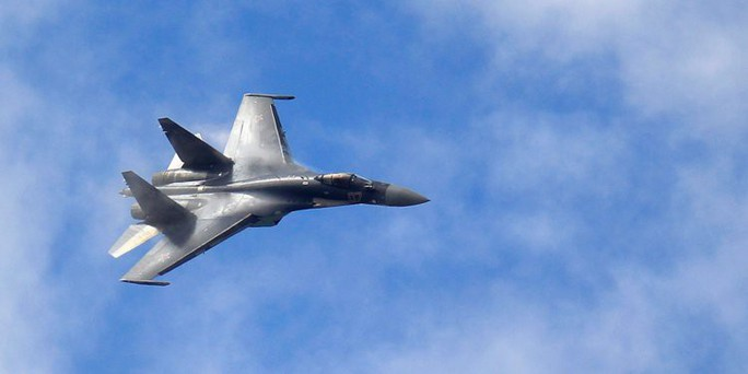 Rộ hình ảnh Su-35 của Nga khóa mục tiêu F/A-18 của Mỹ - Ảnh 1.