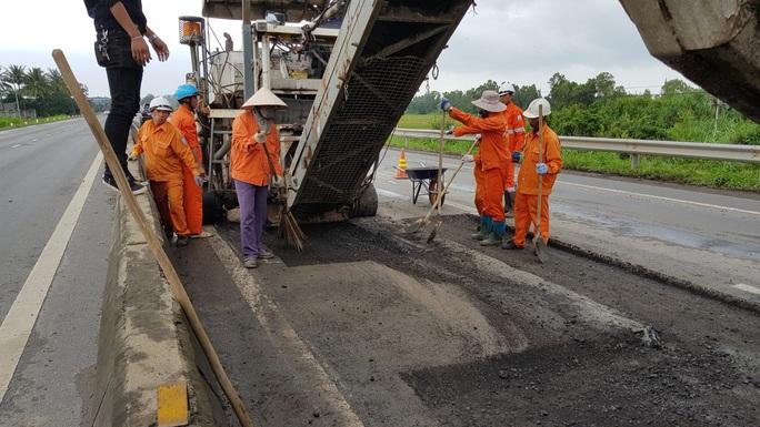 """Vá chưa xong 5.200 """"ổ gà"""", Quốc lộ 1 qua Phú Yên lại lủng thêm 3.500 m2 - Ảnh 1."""