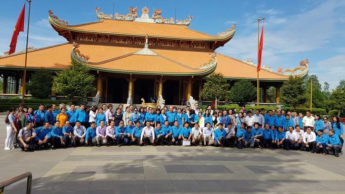 Cán bộ Công đoàn TP HCM dâng hương tại Đền Tưởng niệm liệt sĩ Bến Dược - Ảnh 1.